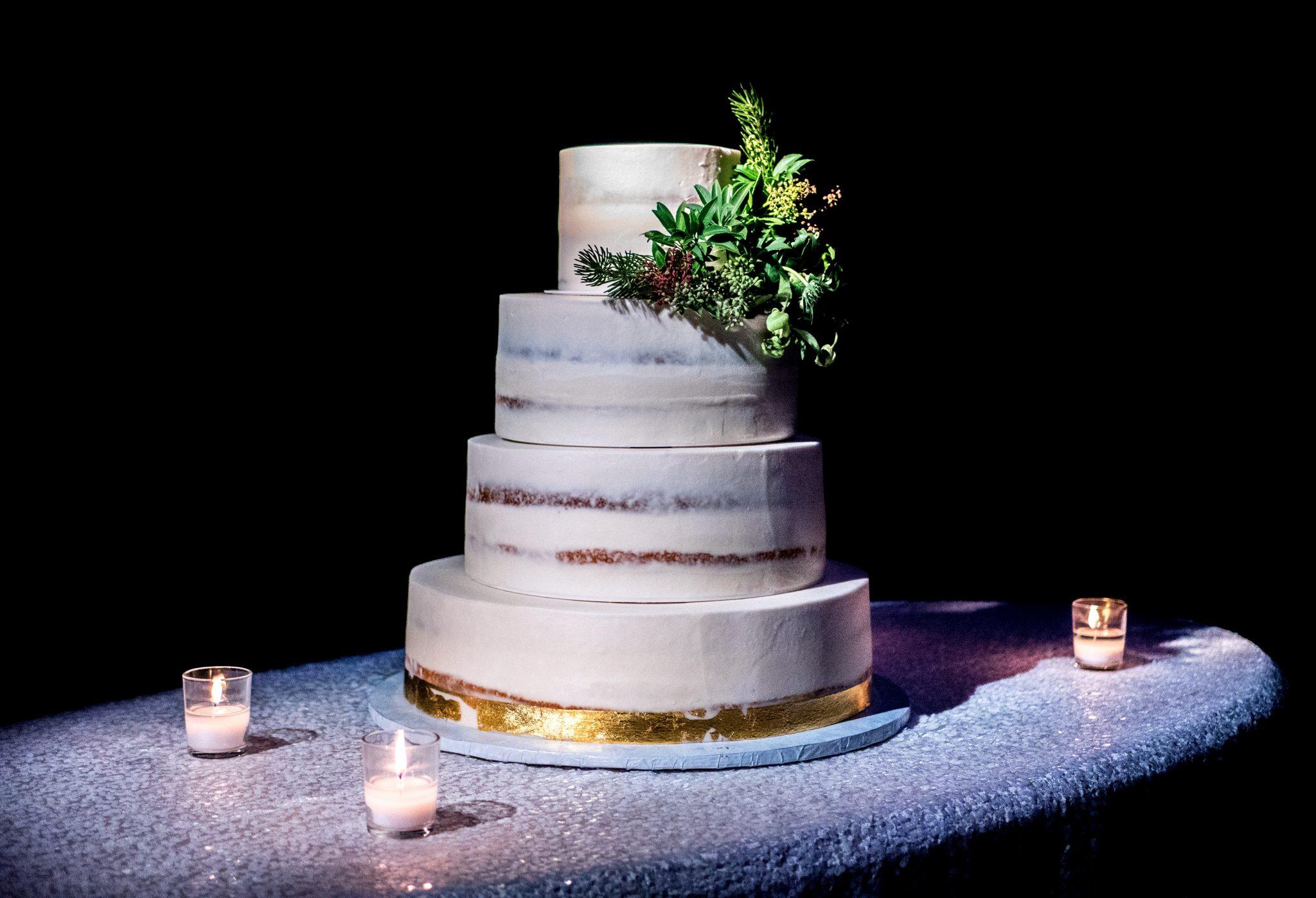 gold-white-wedding-cake