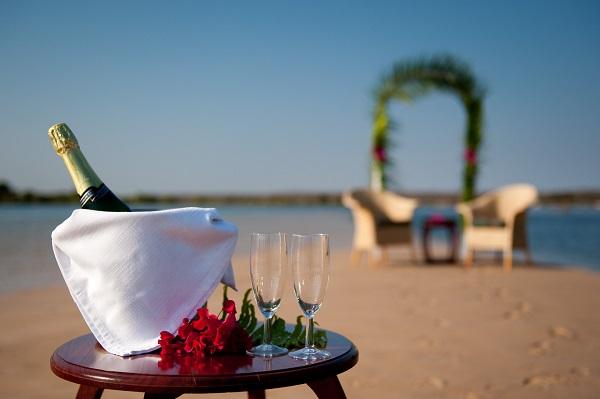 beach-flowers-champagne-glasses