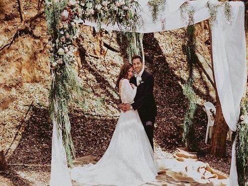 wedding-couple-arch-greenery